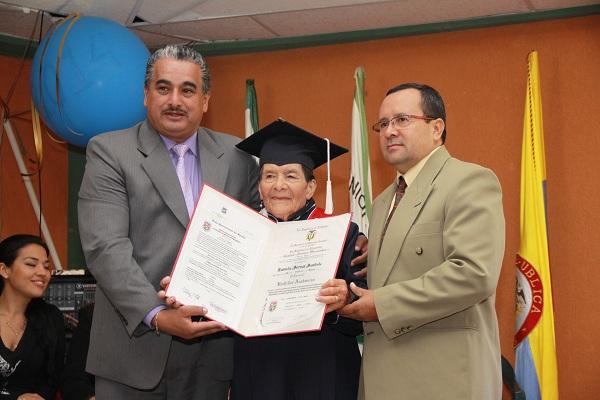 Eumelia Bernal, de 87 años, recibió su grado de Bachiller el pasado 30 de agosto