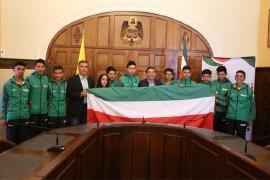 Gobernador Carlos Amaya entregó bandera de Boyacá a diez jóvenes ciclistas del BRC